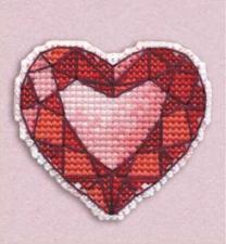 """Набор-значок для вышивания на пластиковой канве """"Сердце"""". Размер - 5,3 х 6 см."""